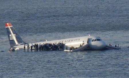 美航空公司一架飞机撞上飞鸟群后坠入河中