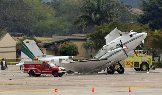 /enpproperty-->  一架DC-3飞机在麦德林的一个机场发生爆炸。 人民网2月19日电 据来自波哥大的消息,在第二大城市麦德林的奥拉亚埃雷拉机场,一架DC-3飞机昨天发生爆炸,当时正在登机的8名警察受伤,其中4人受重伤。这是官方昨天宣布的。 官方的报告说,目前爆炸的原因还不清楚,已经开始进行调查。国家警察局在首都发布的报告说,爆炸发生在当地时间下午3点10分,4名警察伤势严重。 另据哥伦比亚国家电台报道,初步的调查表明事故是由一名警察携带的烟幕弹引起的。飞机被炸成两部分。当时27名警察将乘坐