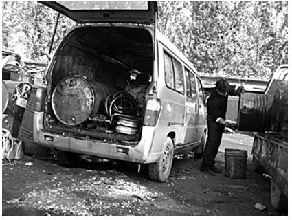 收废机油的小面包车 收废机油的男子