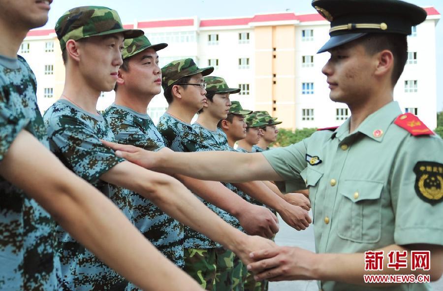 /enpproperty-->    乌鲁木齐一家单位职工在武警边防部队乌鲁木齐指挥学校参加军训(7月27日摄)。   临近八一建军节,乌鲁木齐一些企事业单位、机关组织职工来到军营,参加短期军训,体验军营战士的生活,并与战士联欢共迎节日。新华社记者王菲摄