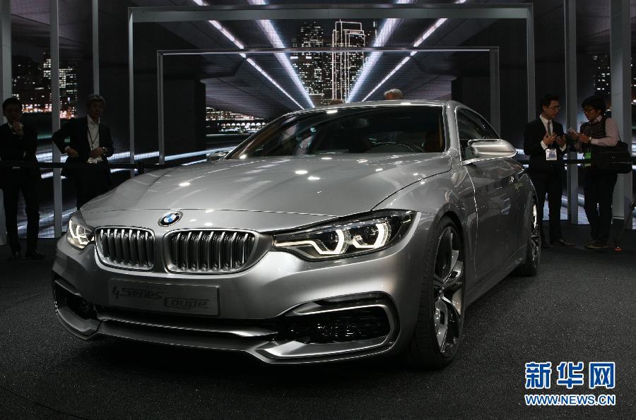 /enpproperty-->    1月14日,在美国底特律举行的2013北美车展上,德国宝马汽车公司展示新款4系双门轿跑车。 2013北美国际汽车展(NAIAS)当日在底特律开幕。各大汽车厂商纷纷发布新款车型,德系三巨头:奔驰、宝马和大众都将混合动力车型作为其发布亮点,主打节能环保高效能的新动力趋势。新华社记者方喆摄