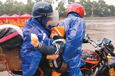 子从广西梧州骑摩托车