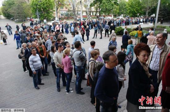 乌克兰东部公投结束 是否独立投票率逾70%_