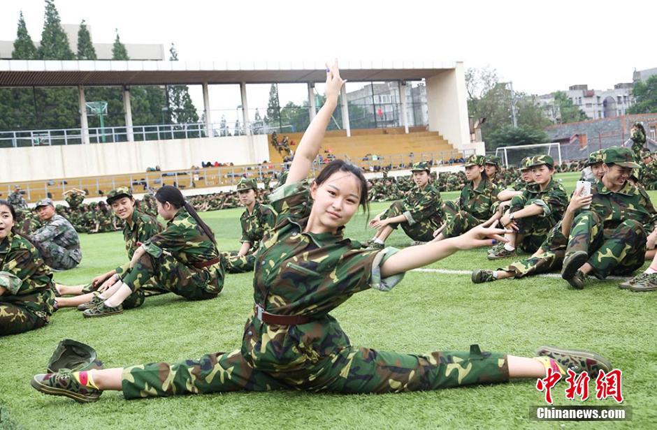 南京艺术学院新生军训 靓妹子成排 云南网