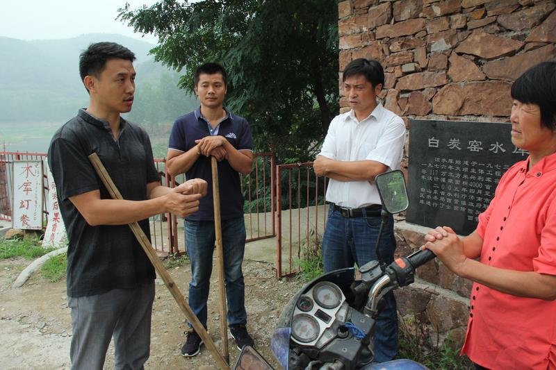 和村两委商议借助水库资源搞乡村旅游规划(左一为文海生)