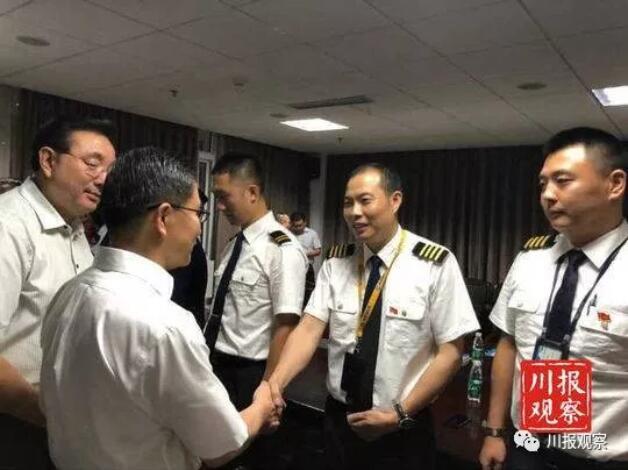 传健机长:中国人今天敬你是条汉子!